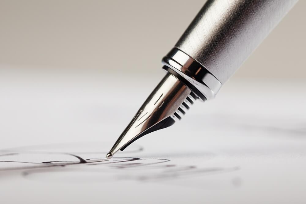 手紙を書く万年筆