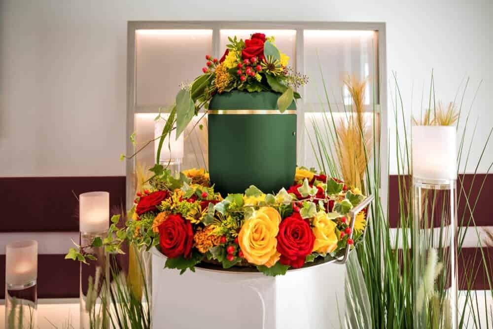 骨壺ときれいな花