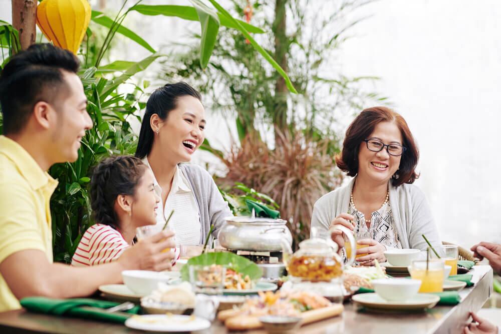 食事中の家族