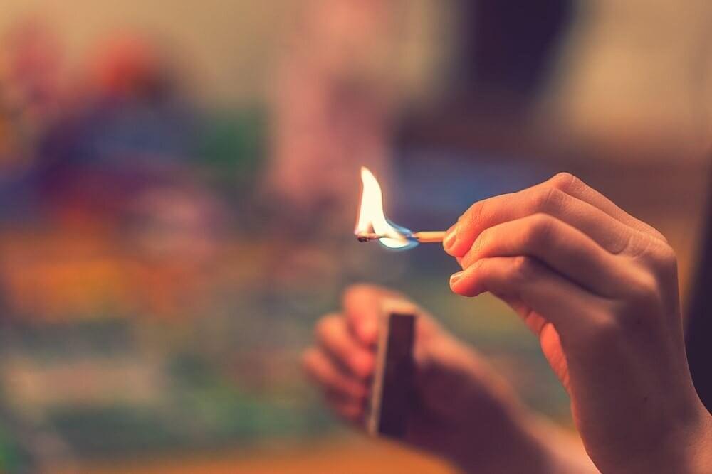 マッチで火をつける人