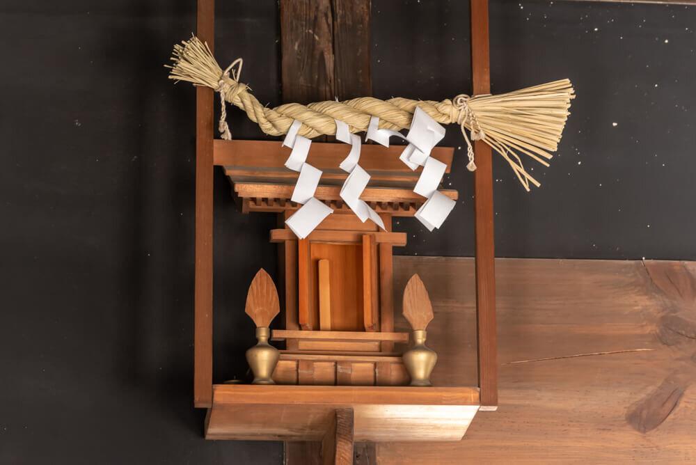 天井付近に設置された神棚