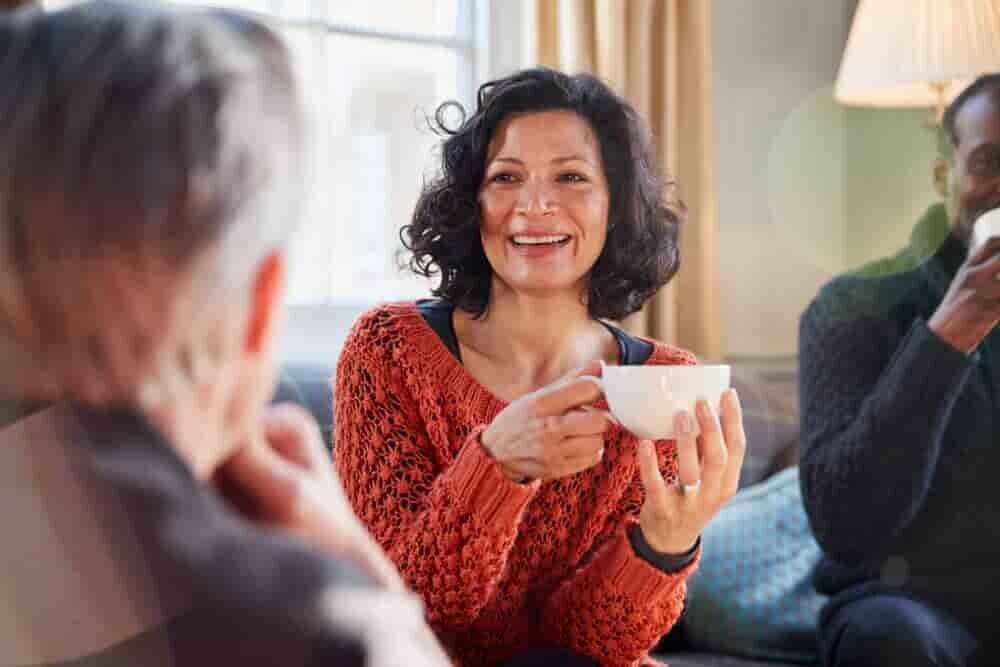 笑顔でティーカップを持つ女性