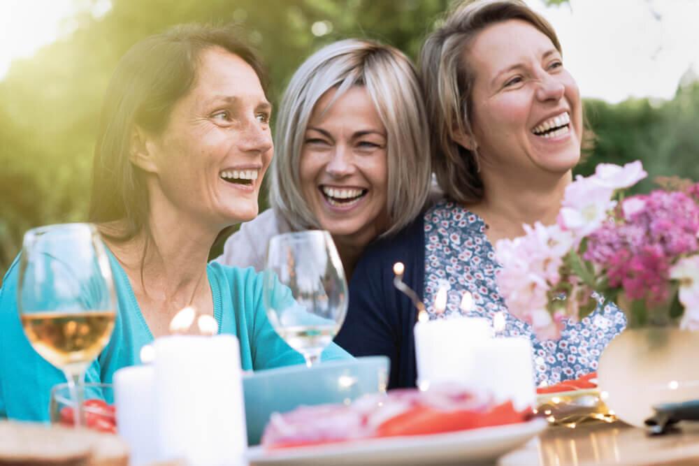 笑顔を浮かべる3人の女性