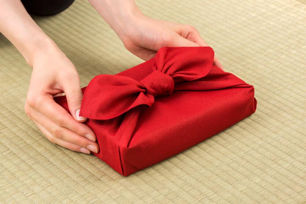 贈り物をする人