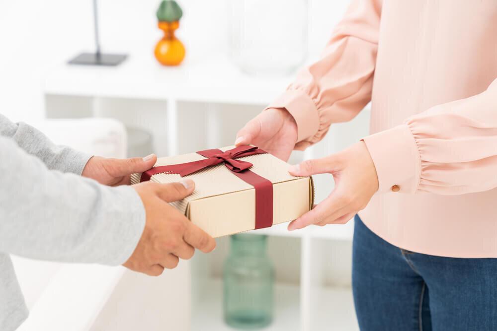 プレゼントを渡す人