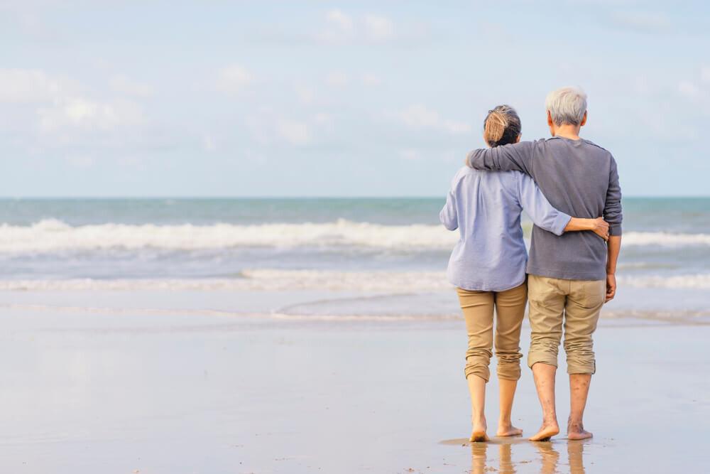 海辺に立つ老夫婦