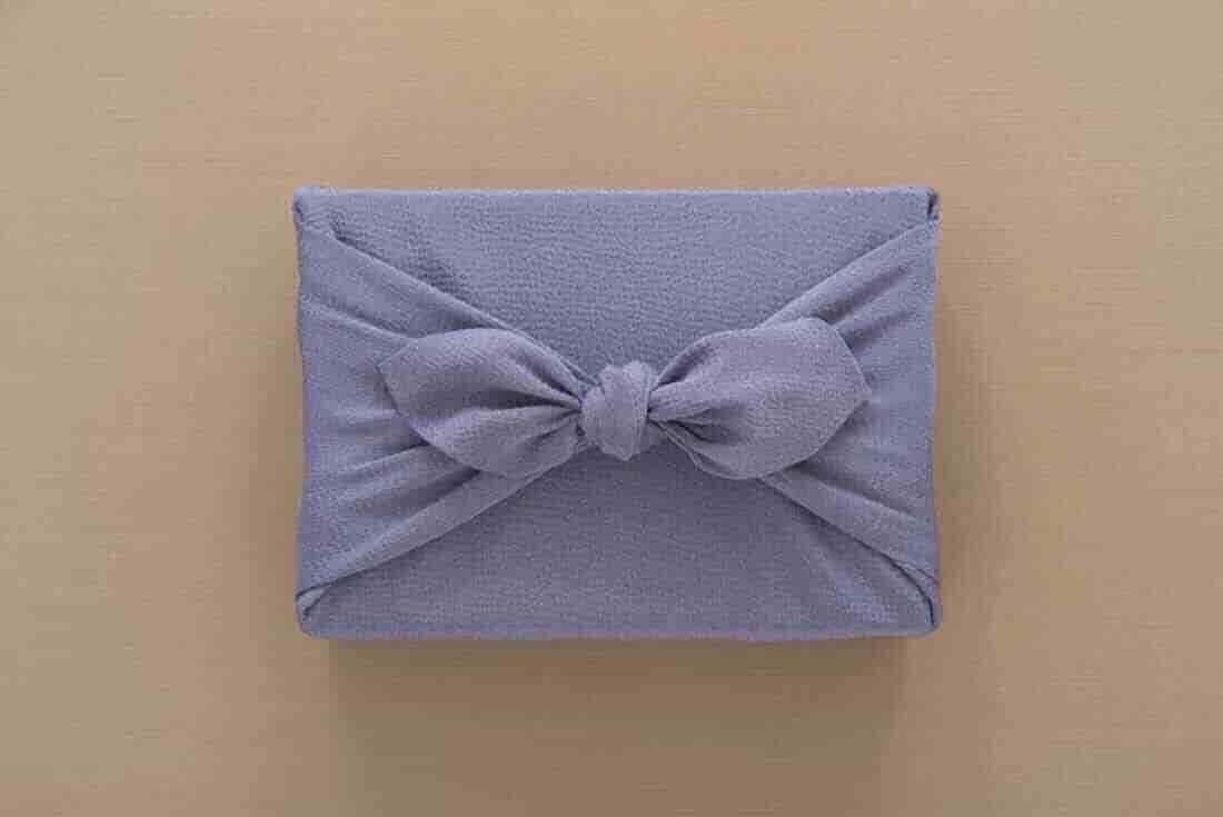 紫の布に包まれた箱