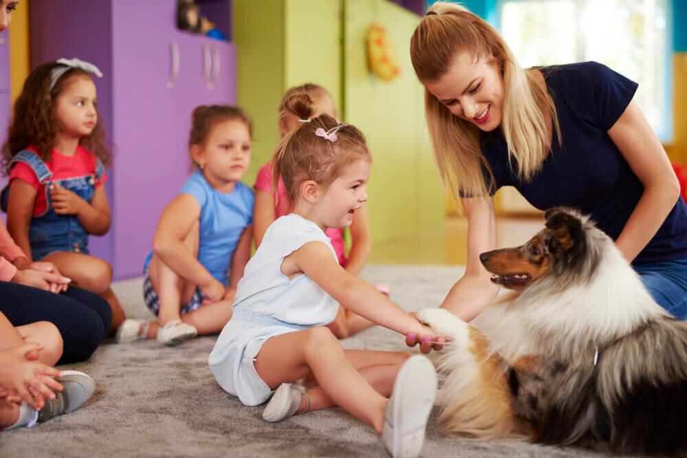 犬と触れ合う子ども