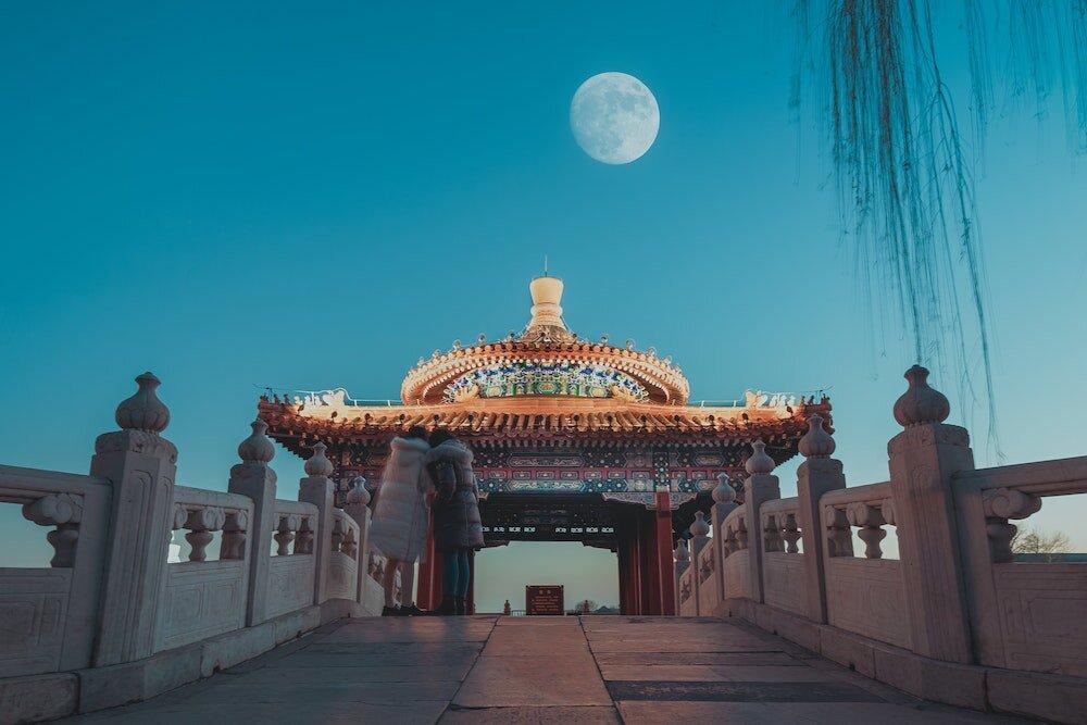 中国の建物と月