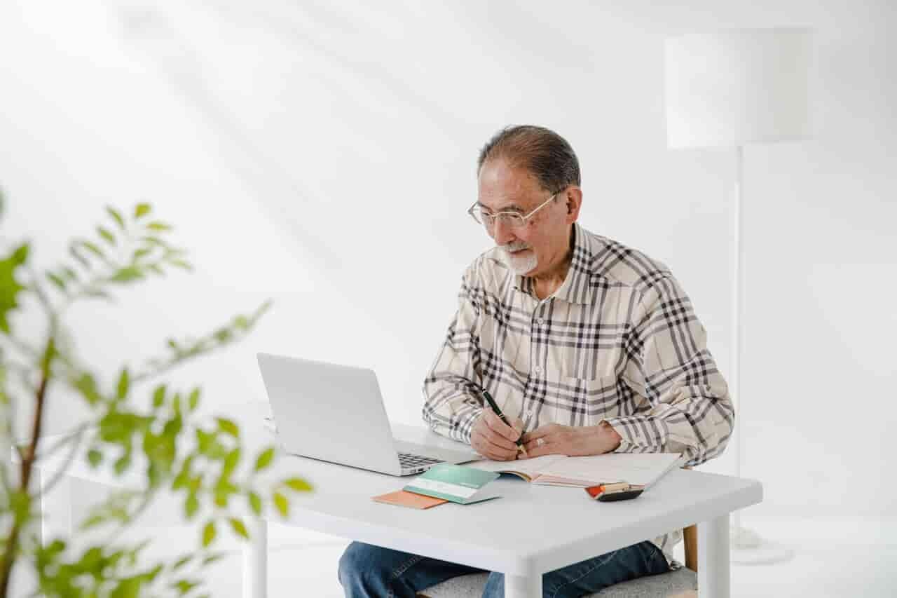 PCに向かう中高年男性