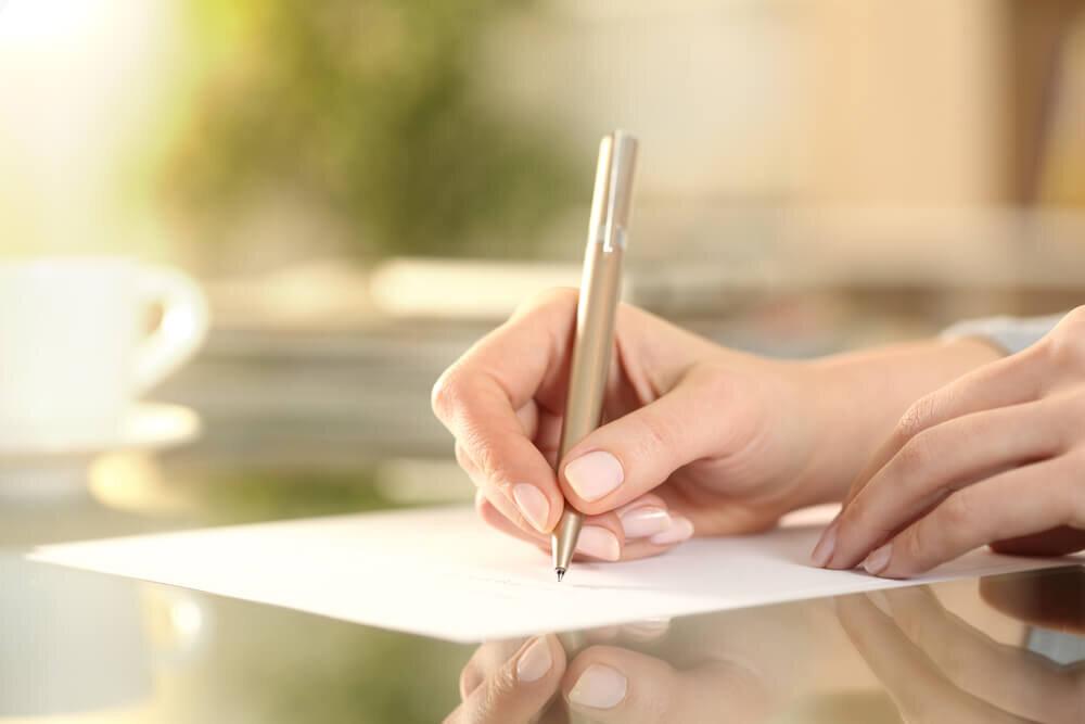 お礼状を書く人の手