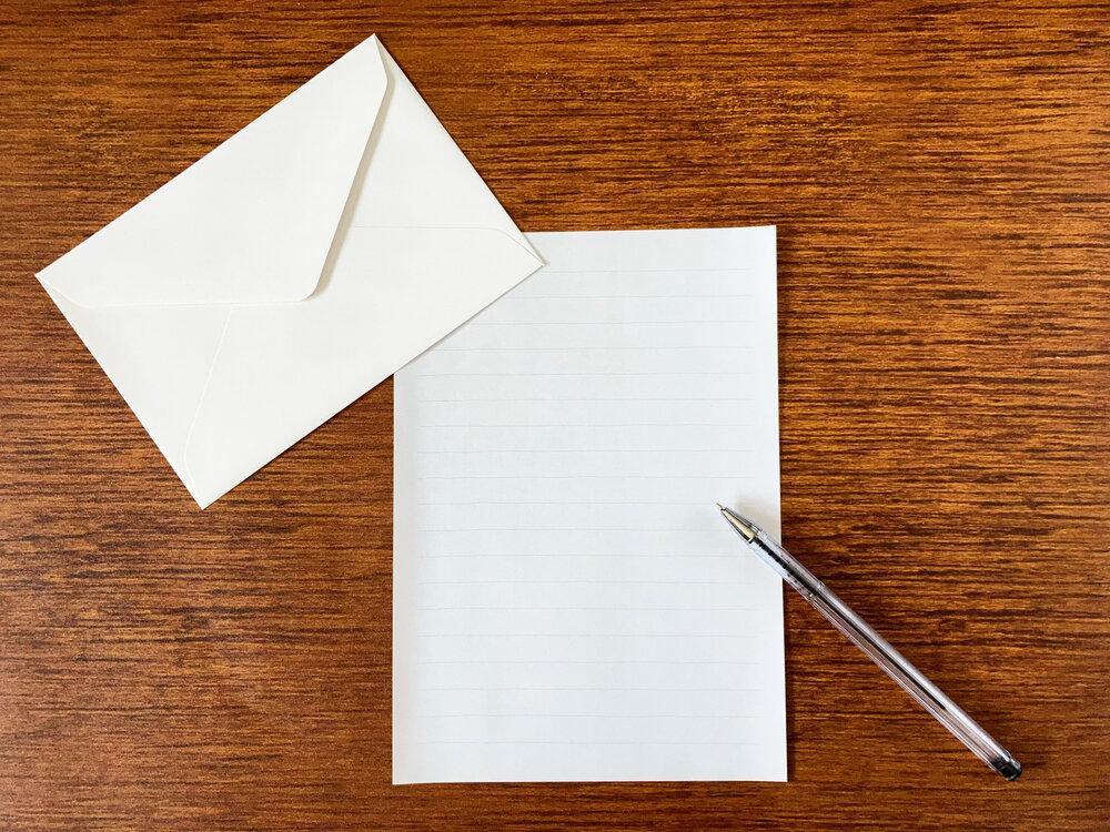 白紙の手紙とシルバーのペン