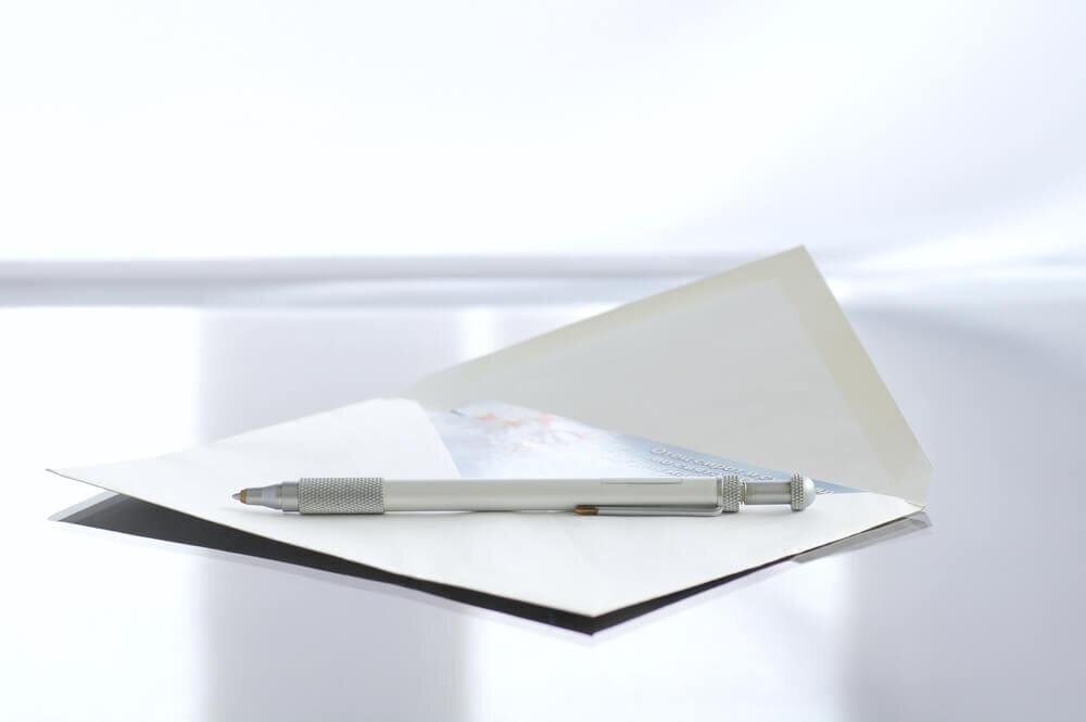 机の上に置かれた封筒とペン