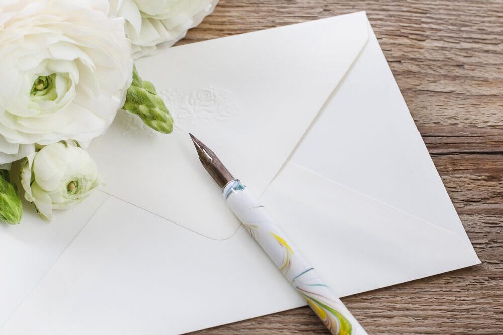 白い花と一緒に置かれた封筒