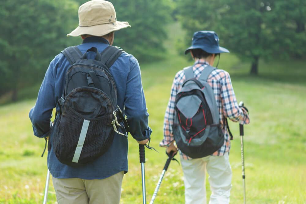 登山をする老夫婦