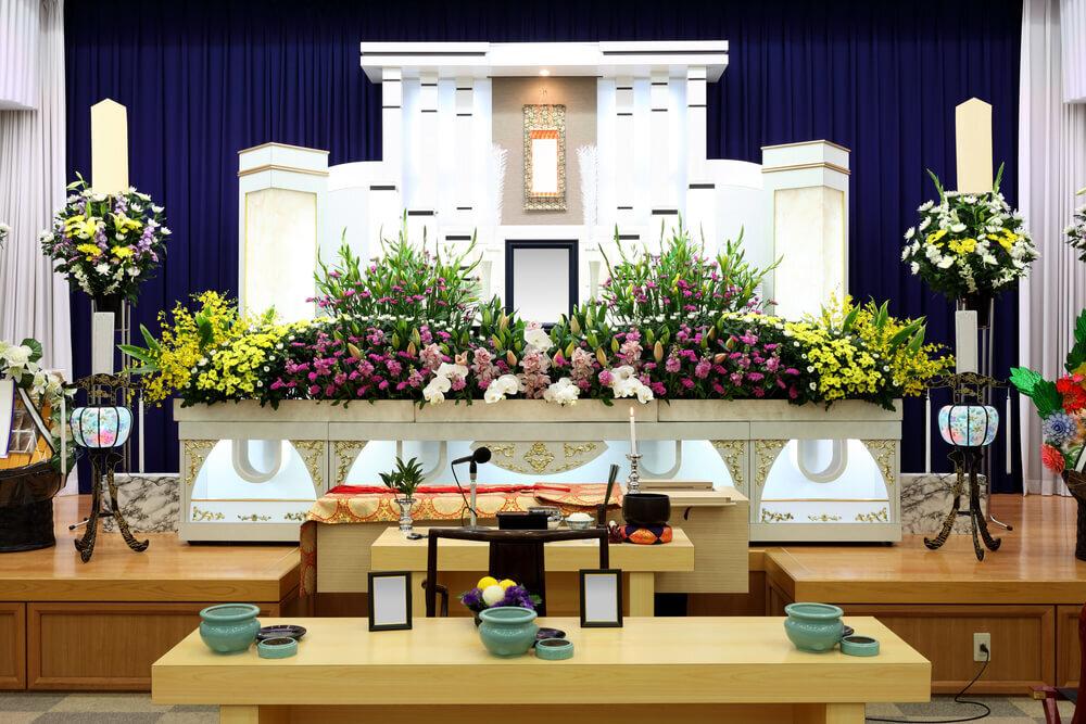 飾りつけされた葬儀場の祭壇
