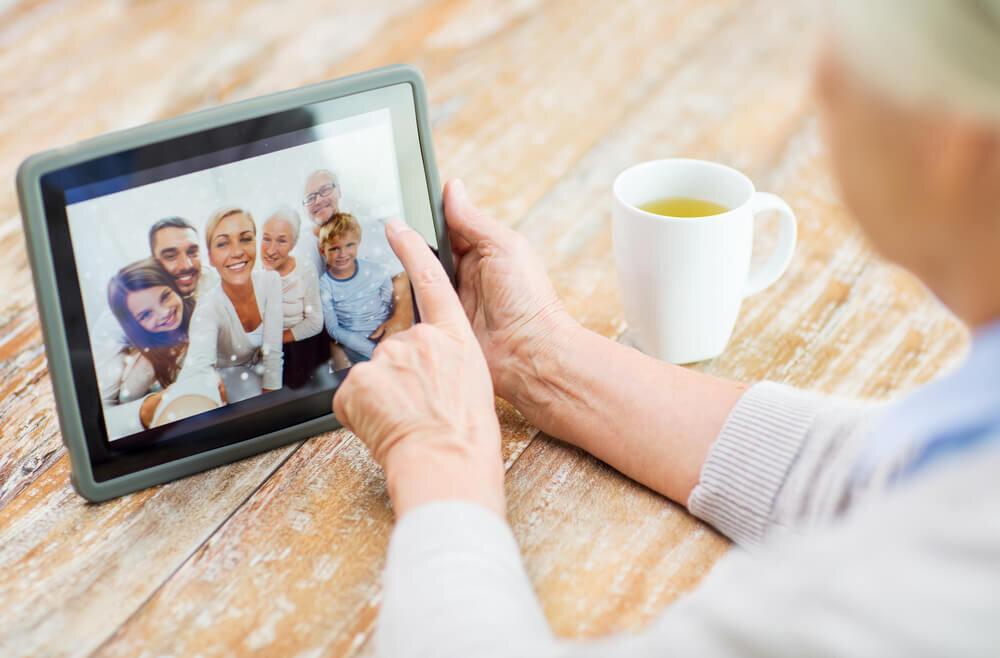 ビデオメッセージを見る女性