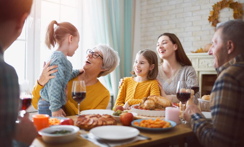 食事会を楽しむ家族