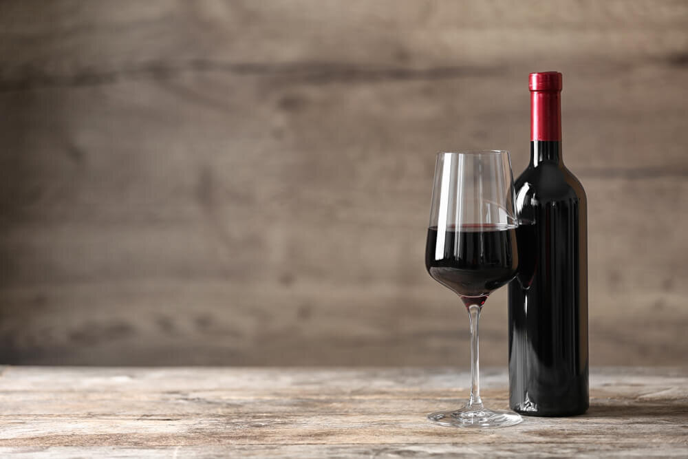 グラスに入った赤ワイン