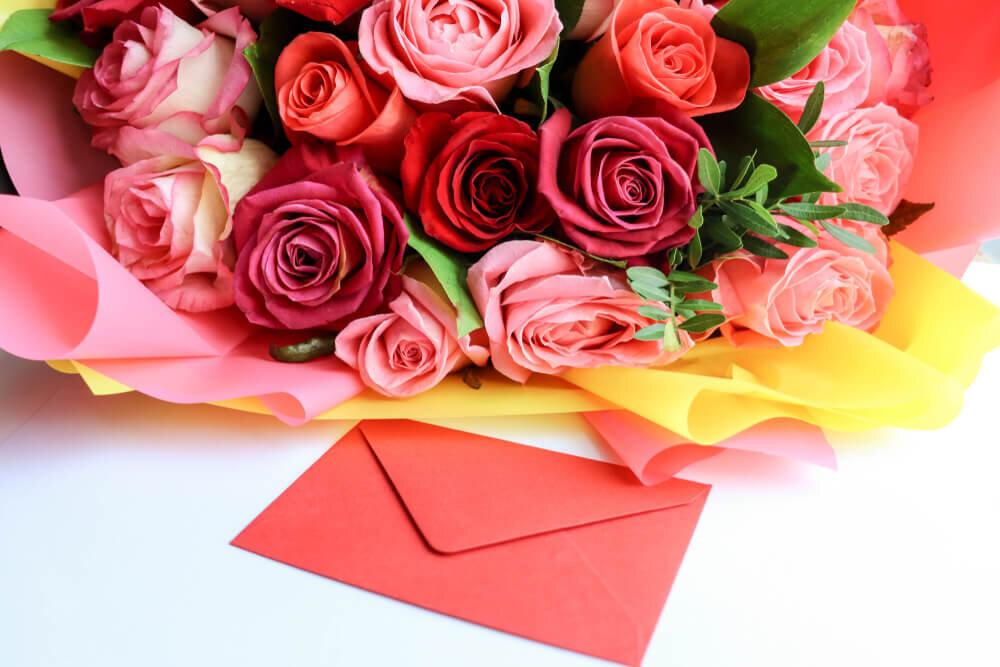 花束と並ぶ手紙