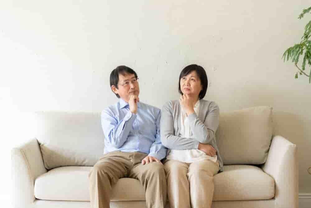考え事をする夫婦