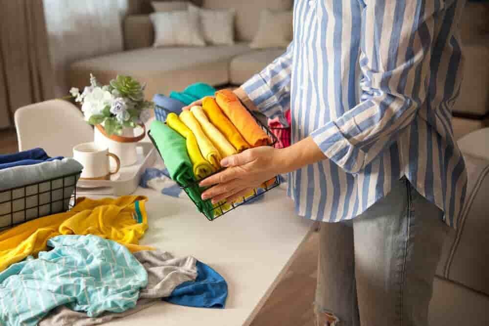 洋服を整理する女性