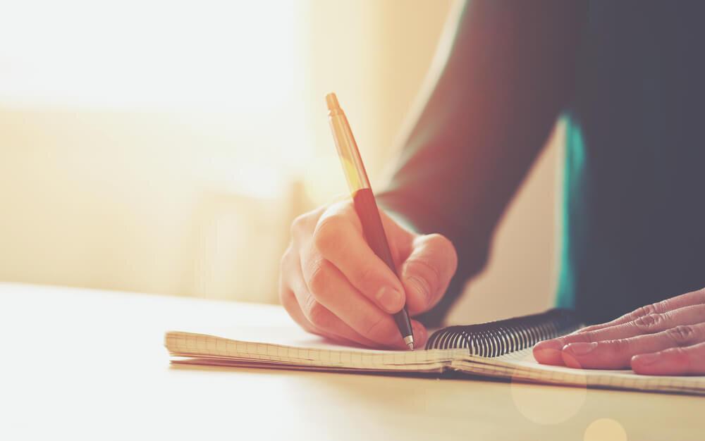 ノートに記入する女性