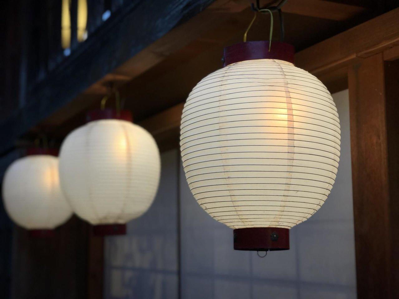 初盆提灯(はつぼんちょうちん)とは。選び方や飾り方も解説 - Coeurlien