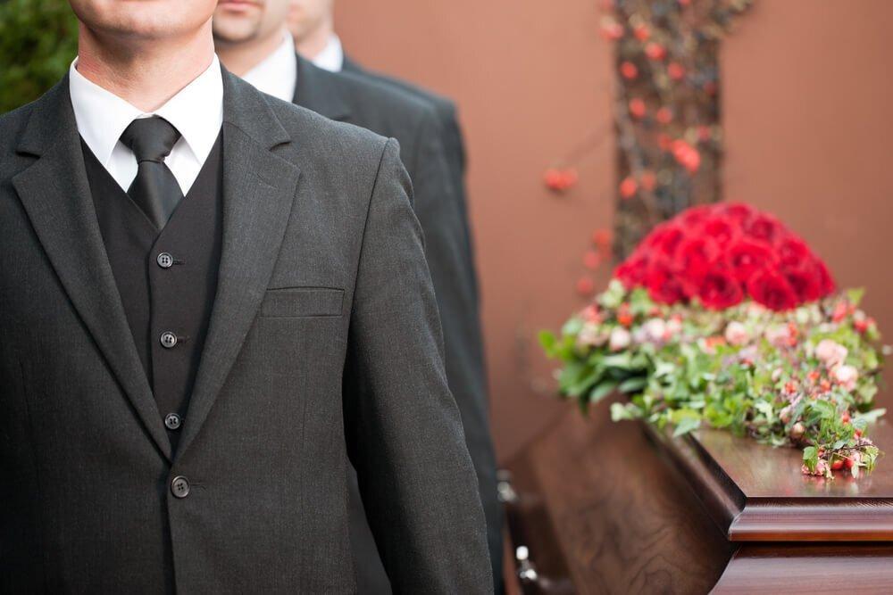 お葬式に着るスーツとは?覚えておきたい喪服のマナーを解説 - Coeurlien