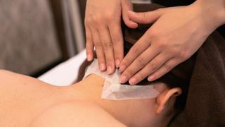 お肌の特徴を適切に見極めてホクロやシミなどに保護シールを貼付します。