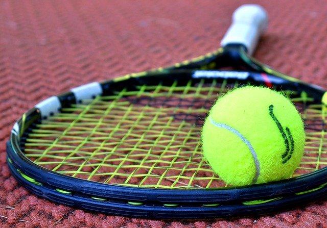 【はじめてのテニス】大人になってからテニスを始めたいと思っている方へ。初心者向けの道具選びやスクールの選び方を説明します。