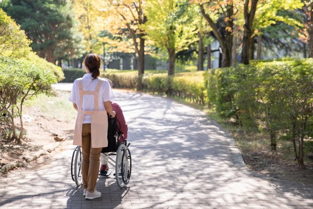 【はじめての介護福祉士】介護現場のプロ!介護福祉士の仕事内容や役割について