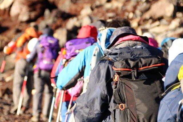 初めて登山に行く前に押さえておきたい必須アイテムについてを解説!