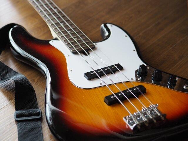 ベースは音楽の土台を作る楽器。重低音響くベースをはじめる前に