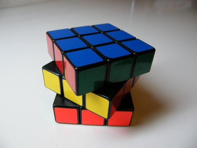 どこでも楽しめるルービックキューブをはじめて頭の体操しませんか?