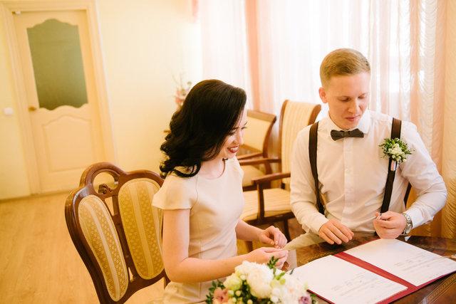 婚姻届を書くカップル
