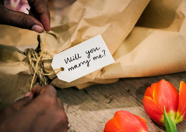will you marry me?と書かれたタグとプ...