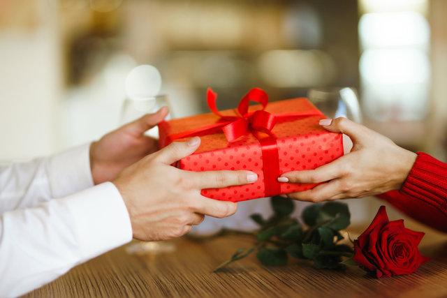 プレゼントを手渡す様子