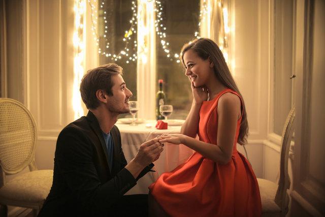 レストランでプロポーズをする男性と嬉しそうな女性