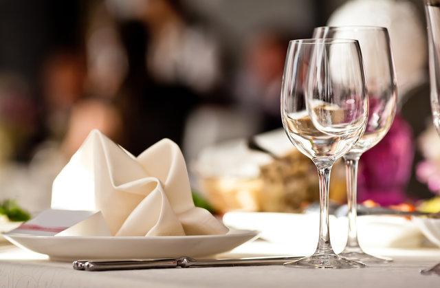 レストランの机の上に置かれたグラスとお皿