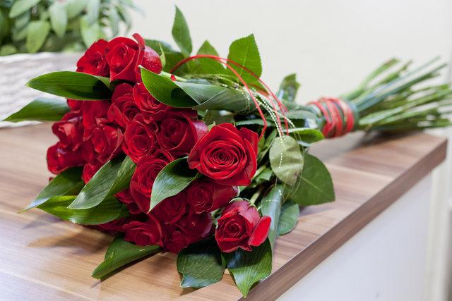 机の上に置かれたバラの花束