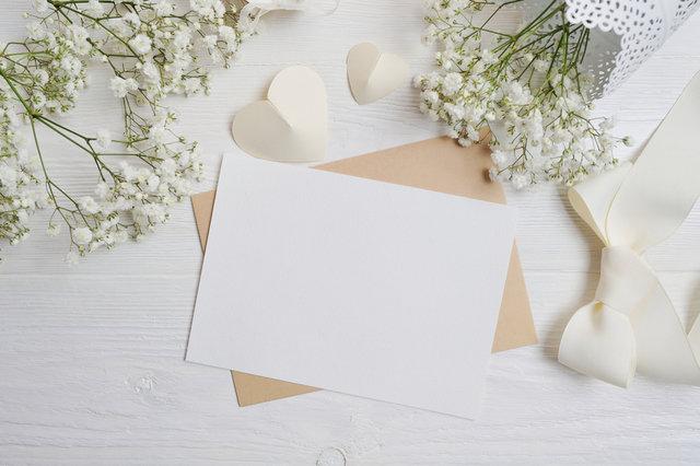 白紙のメッセージカードと花束
