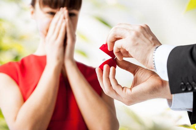 プロポーズをする男性と驚く女性