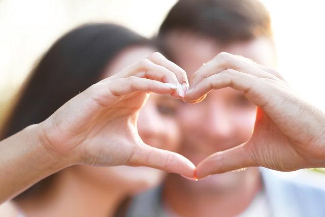 手でハートの形を作るカップル
