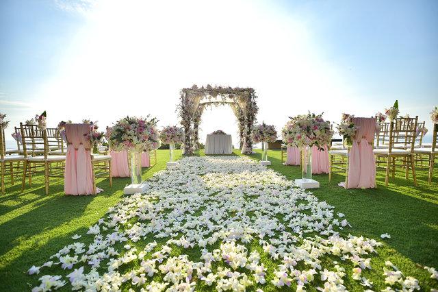 結婚式の準備でバージンロードに敷き詰められた花