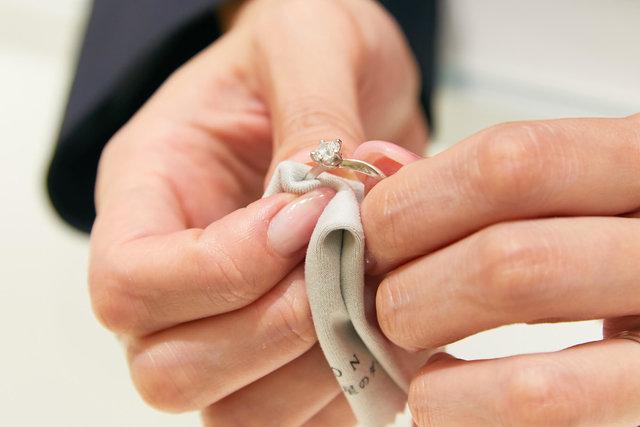 指輪を拭く
