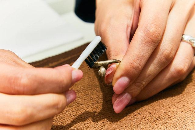 指輪をブラシで磨く