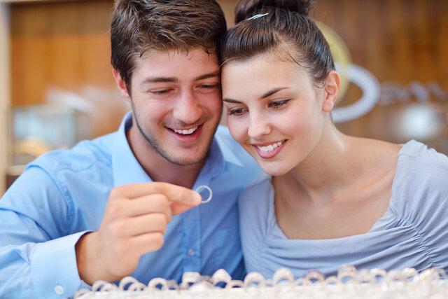 指輪を選ぶ男女