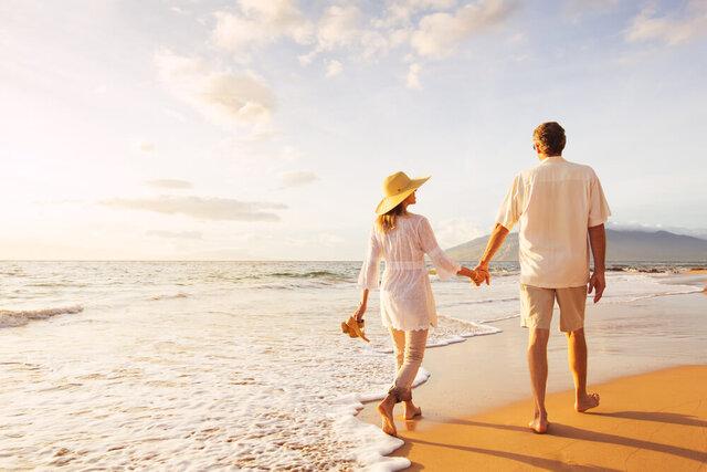ビーチで散歩するカップル