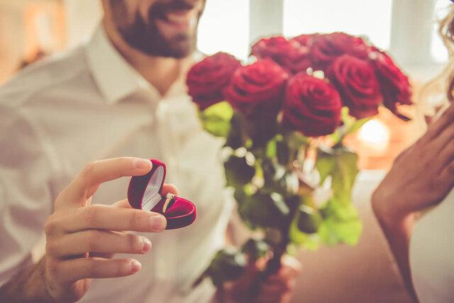 花束と指輪を持ってプロポーズする男性